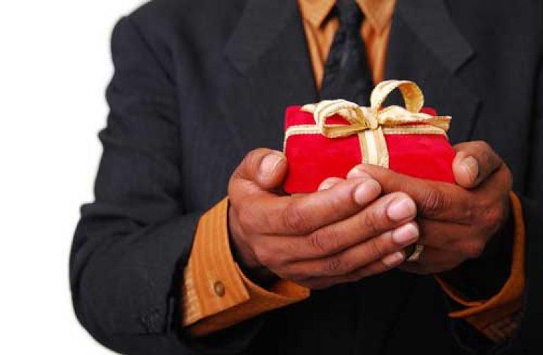 Мужчина дарит дорогой подарок 70
