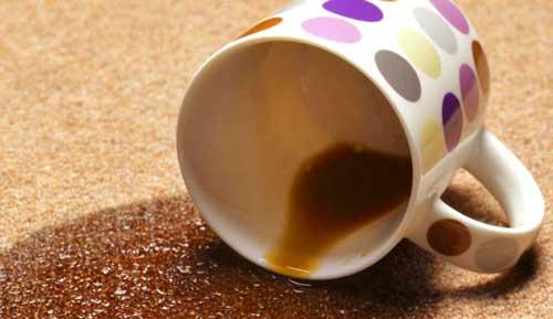 Как вывести пятно от кофе с одежды, ковра