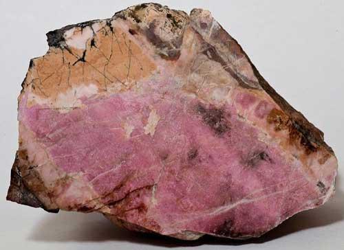 Родонит: камень и его свойства, кому подходит по знаку зодиака, цвет и значение