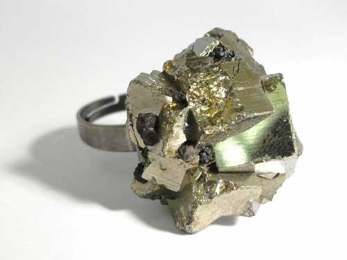Пирит: камень и его свойства, кому подходит по знаку зодиака, цвет и значение
