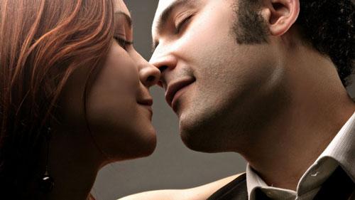 Парни горячо целуются