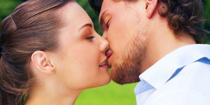 Как правильно научиться в первый раз целоваться в губы с языком с парнем или девушкой?