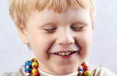 Ребёнок часто моргает глазами и жмурится: причины
