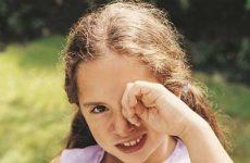 Что делать если в глаз попала соринка и как достать?