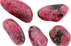 Описание камня родонит и магические свойства: значение для человека