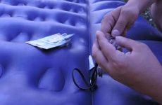 Как правильно заклеить надувной матрас: ремонт своими руками