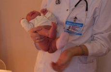 Как правильно подмывать новорождённого под краном: мальчика и девочку?