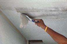 Как правильно убрать побелку со стен и потолка быстро и без грязи?