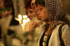 Как правильно креститься православным христианам в церкви перед иконой?