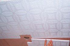 Как клеить потолочную плитку своими руками?