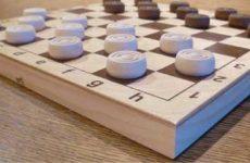 Как играть в шашки: правила для начинающих