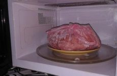 Как разморозить курицу, фарш и другое мясо в микроволновке?